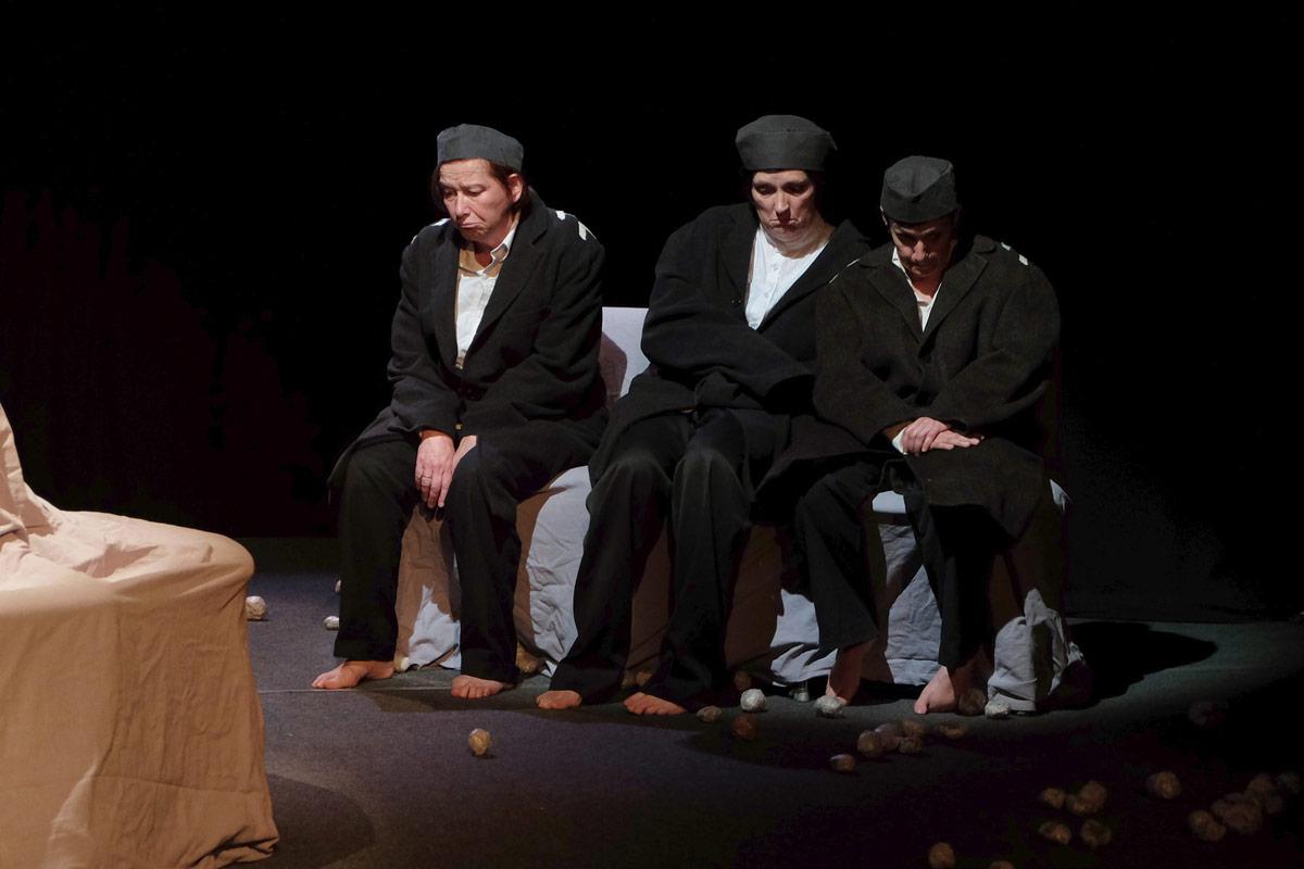 """""""Du pain plein les poches"""" de Mateï Visniec à l'Auditorium des Carmes de Vannes, et au Cairn à Larmor-Baden en 2015, par l'atelier théâtre adultes avancés."""