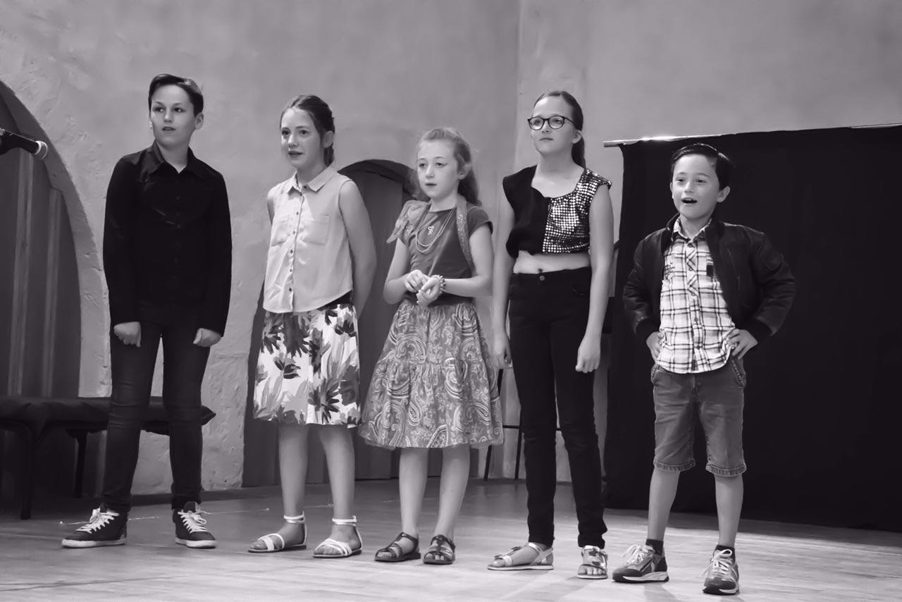Y'a pas d'âge, pièce de théâtre de la Compagnie Ni Plus Ni Moins, ateliers théâtre pour tous (petits, enfants, ados, adultes) à Vannes dans le Morbihan