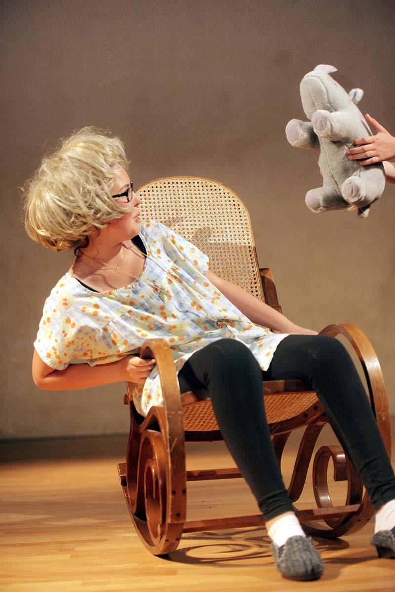 """""""Colocs fantômes"""" de Luc Boulanger par l'atelier théâtre ados à l'Auditorium des Carmes à Vannes en 2014."""
